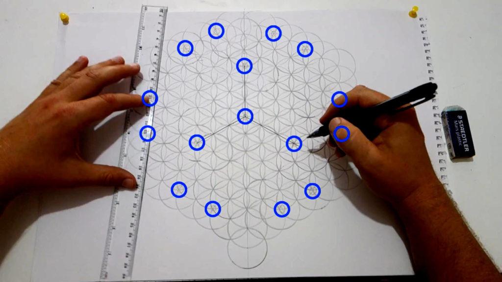 Bild von einer großen Blume des Lebens, auf der bestimmte Schnittpunkte als Markierung eingezeichnet wurden. Diese werden nun verbunden.