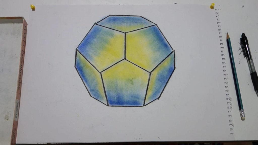 Dodekaeder, blau und gelb angemalt und Linien mit Kohle nachgezogen.