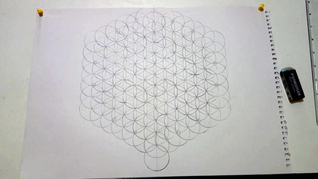 Bild von einer großen Blume des Lebens, auf der bestimmte Schnittpunkte als Markierung eingezeichnet wurden.