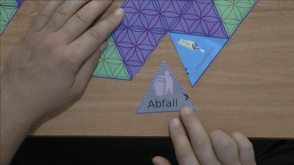 Bild von einer Pyramiden Oktaederschablone (Geistplan), von der auch das Abfallstück herausgeschnitten wird. Anleitung: eine Pyramide oder einen Oktaeder mit einer Schablone basteln