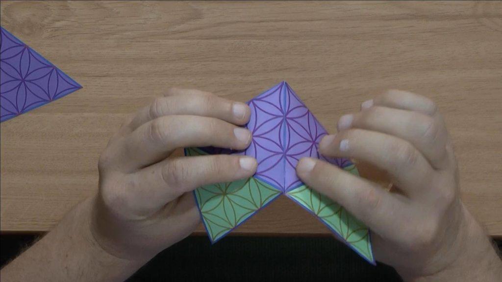 Bild von einer Schablone mit Blume des Lebens Muster, die zur einer Viereckspyramide gefaltet wurde. Anleitung: eine Pyramide oder einen Oktaeder mit einer Schablone basteln