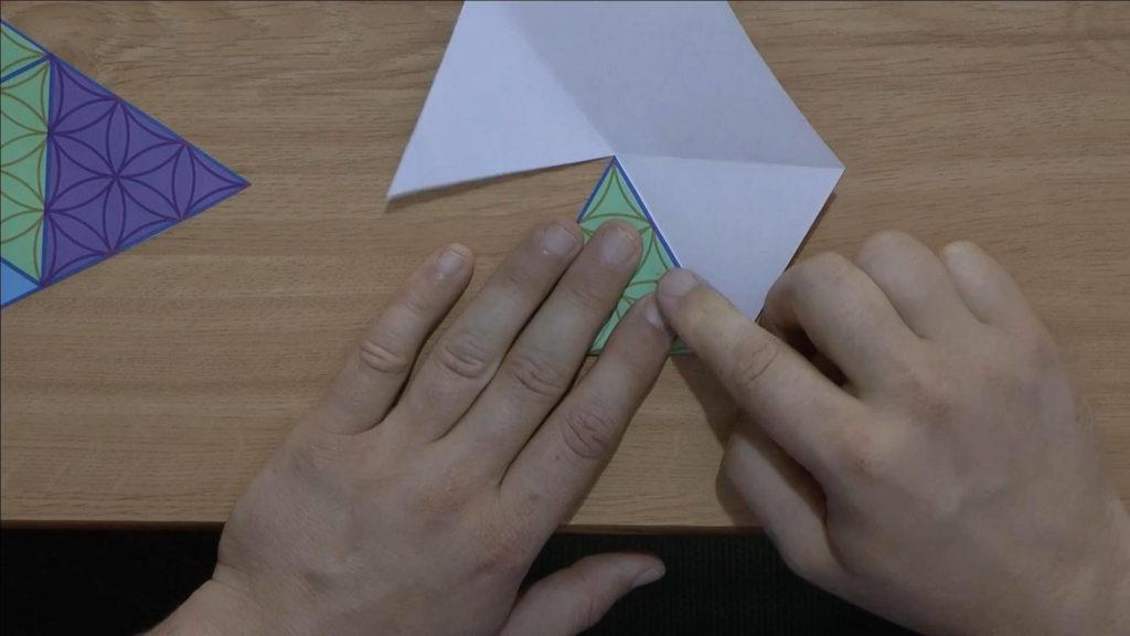 Bild von einer Schablone, welche gefaltet wird (viele gleichseitige Dreiecke)